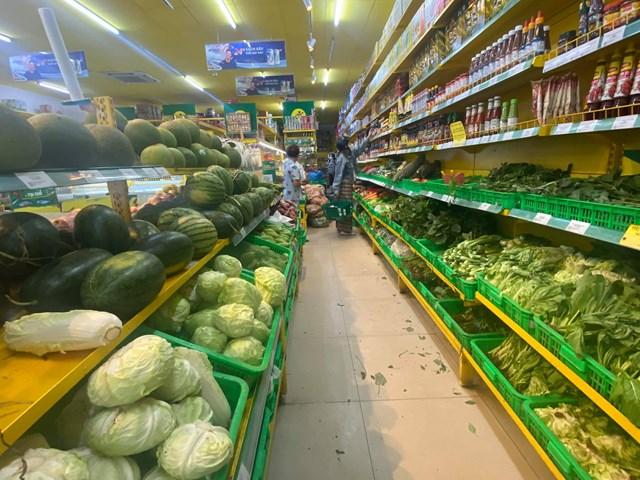 Sau thông báo một số chợ truyền thống được phép hoạt động trở lại, Bách Hoá Xanh không còn hiện tượng cạn kiệt nguồn thực phẩm (hình ảnh ghi nhận chiều 19/07 tại một cửa hàng Bách Hoá Xanh trên địa bàn TP. HCM)