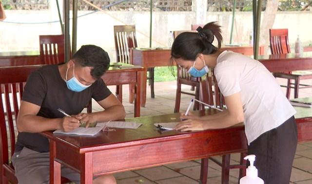 Tất cả người dân vào địa bàn tỉnh đều phải thực hiện nghiêm việc khai báo y tế tại các chốt kiểm soát - Ảnh: Minh Hoa