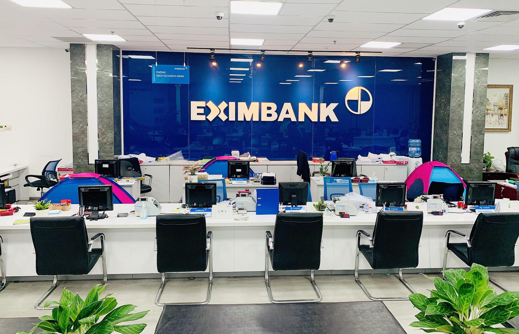 """Nhiều ngân hàng tại TP HCM thực hiện """"ăn - nghỉ - làm việc tại chỗ"""" - Ảnh 2."""