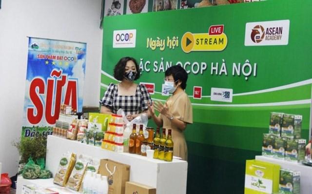 Chủ thể sản phẩm OCOP giới thiệu sản phẩm, quy trình sản xuất, chế biến an toàn đến khách hàng qua hình thức livestream - Ảnh: Việt Nam hội nhập