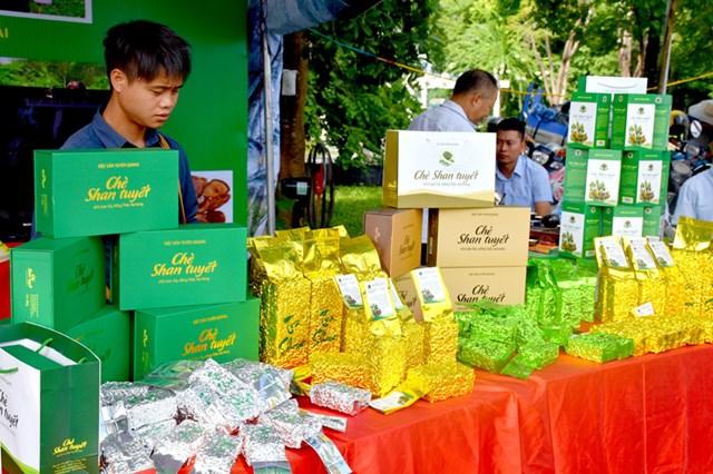 Chè Shan tuyết Hồng Thái (Na Hang) được bày bán và giới thiệu - Ảnh: Báo Tuyên Quang
