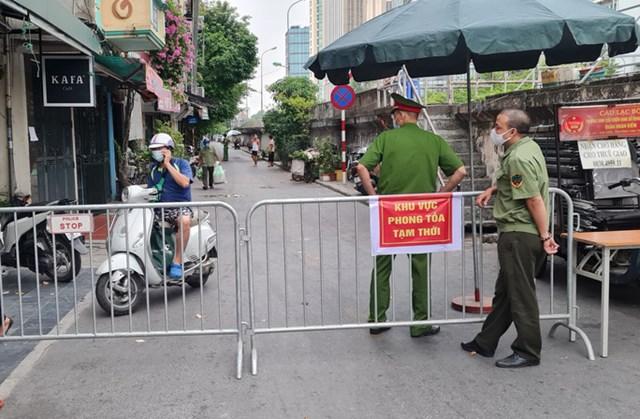 Nhiều khu vực ở Hà Nội đang bị phong tỏa do liên quan đến các ca Covid-19 - Ảnh: Thế Huỳnh
