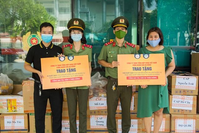 Đại diện Công an quận Hà Đông và đại diện Công ty TNHH Tổng hợp DONA Việt Nam - Thương hiệu Sapo Bakery - Kun Bakery