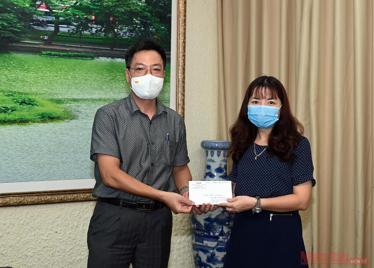 Báo Nhân Dân trao 200 triệu đồng hỗ trợ sinh viên bị ảnh hưởng dịch bệnh Covid-19 -0