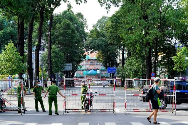 Từ ngày 16/9, TP Hồ Chí Minh vẫn áp dụng kiểm tra giấy đi đường để hạn chế người dân ra đường.