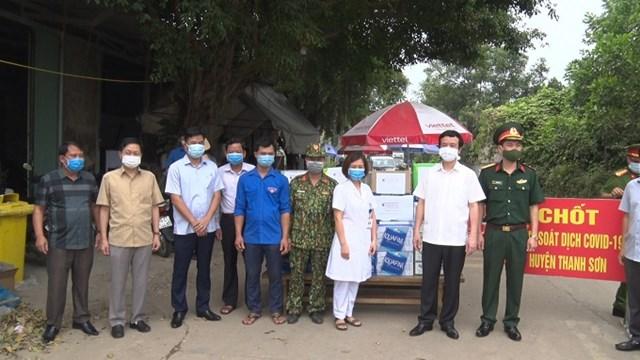 Lãnh đạo huyện Thanh Sơn thăm, kiểm tra, tặng quà chốt phòng chống dịch Covid-19 tại Km 132+450 Quốc lộ 70B thuộc khu Gò Đa, xã Tinh Nhuệ.