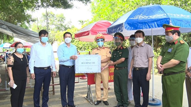 Đồng chí Trưởng ban tổ chức Tỉnh ủy - Bùi Đình Thi đã tặng quà động viên tinh thần lực lượng làm nhiệm vụ tại chốt kiểm soát dịch bệnh Covid-19 số 16 trên địa bàn xã Tinh Nhuệ, huyện Thanh Sơn.