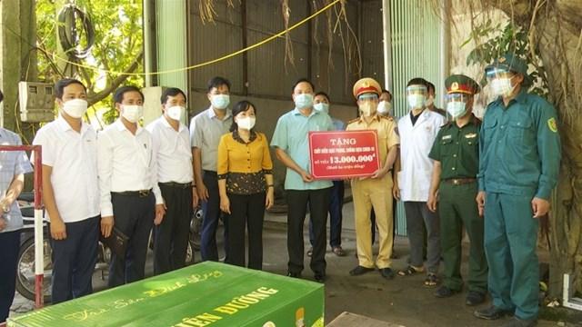Đồng chí Nguyễn Thị Thanh Huyền - Uỷ viên BTV Tỉnh ủy, Trưởng Ban Dân vận Tỉnh ủy kiểm tra và tặng quà chốt kiểm soát dịch Covid-19 tại xã Tinh Nhuệ, huyện Thanh Sơn.