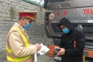 Video: CSGT xử lý xe quá khổ, quá tải gây ô nhiễm khu dân cư ở Hà Nam
