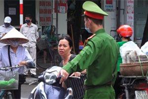 Công an xử phạt nhiều người không đeo khẩu trang ở Hà Nội