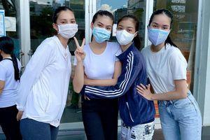 Á hậu Phương Anh làm tình nguyện viên giúp đỡ người ngoại quốc ở khu tiêm vắc-xin