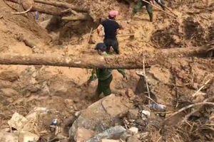 Hơn 50 chiến sĩ băng rừng, vượt suối, cõng lương thực cứu hộ người dân Phước Sơn