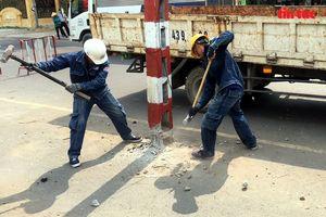 Hơn 60 cột điện ngả nghiêng giữa đường ở TP Hồ Chí Minh đã được di dời