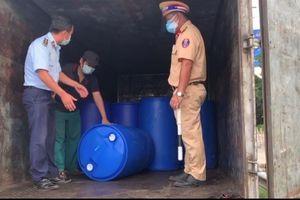 Tiền Giang: Tạm giữ 4 tấn dầu nhờn không có nhãn hiệu