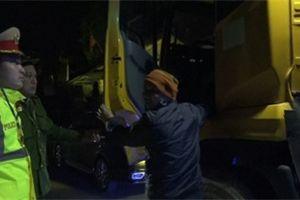 Video: CSGT ra quân, xe quá khổ quá tải cày nát đê Hữu Hồng 'mất dạng'