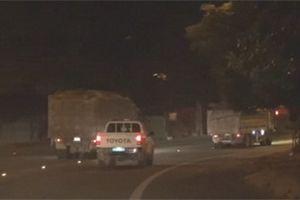 Xe tải 'thải bậy' lại xuất hiện, ngang nhiên vượt đèn đỏ, đi trước xe CSGT