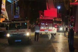 Video: Thang lắp kính sập trên phố Hà Nội, 3 người chết