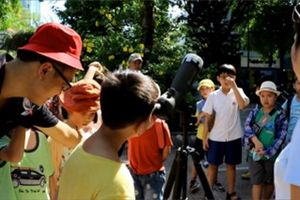 Trường tiểu học ở Hà Nội cho học sinh ngắm nhật thực hiếm có bằng đồ tự chế