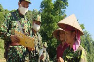 Biên phòng Sơn La tặng khẩu trang, phát loa tuyên truyền chống dịch COVID-19