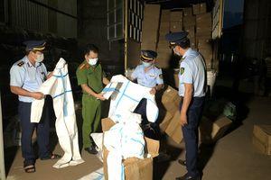 Lào Cai: Tạm giữ hơn 8.300 bộ quần áo bảo hộ không rõ nguồn gốc