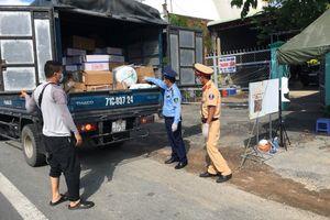 """Tiếp tục phát hiện xe """"luồng xanh"""" vận chuyển hàng hóa không có nhãn phụ tại Tiền Giang"""