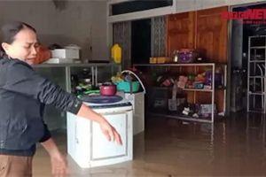 Xót xa cảnh hàng hóa nổi lềnh bềnh trong lũ, tiểu thương ở Hà Tĩnh khóc ròng