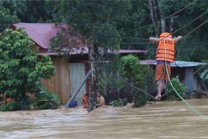 Nín thở xem công an Quảng Nam đu dây cứu người giữa dòng nước lũ