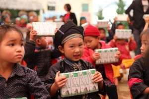 Quỹ sữa vươn cao Việt Nam và Vinamilk với nỗ lực bền bỉ để trẻ em vùng cao được đến trường, uống sữa