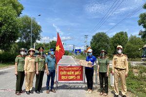 """Quảng Bình: Phụ nữ Công an TP Đồng Hới """"tiếp sức"""" cho các lực lượng tuyến đầu chống dịch Covid-19"""