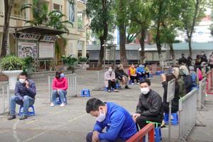 Video: Dân Hà Nội xếp hàng dài chờ xét nghiệm nhanh Covid-19