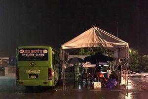 Hà Tĩnh: Dùng các phương tiện vận tải làm nơi trú mưa cho các chốt kiểm soát