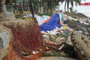 Video: Dừa trơ rễ, bờ kè bằng đá tan hoang ở biển Cửa Đại