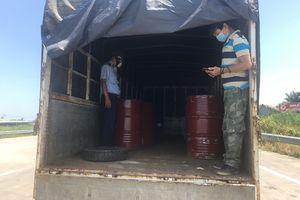 Tiền Giang: Phát hiện 3.000 lít hóa chất công nghiệp vi phạm vận chuyển trên xe luồng xanh