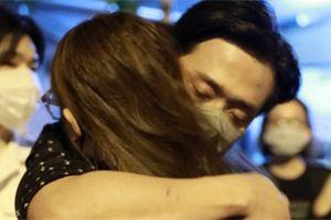 Video: Trấn Thành, Hari Won khóc thương danh hài Chí Tài